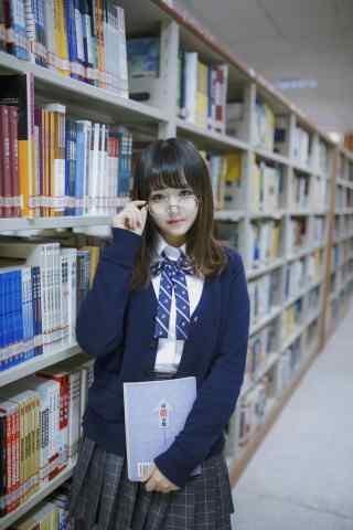 可爱美女图书馆抱书手机壁纸