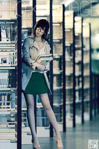 图书馆女神抱书唯美手机壁纸