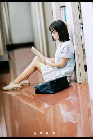 图书馆美女看书手机壁纸