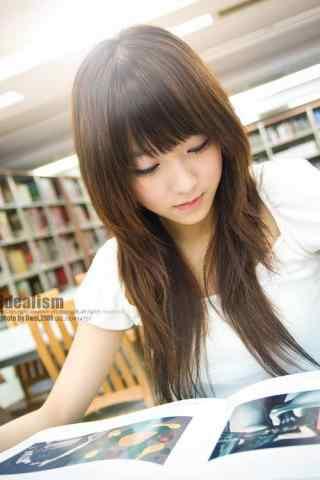 图书馆女孩认真看书手机壁纸