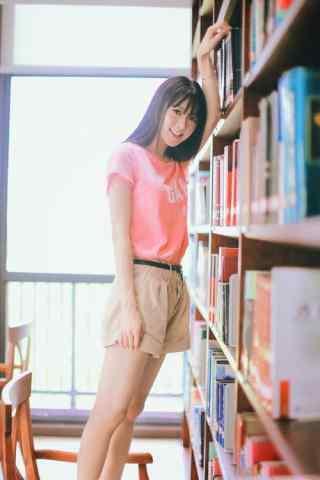 图书馆美女写真高清手机壁纸