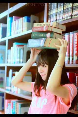 可爱女孩图书馆写真手机壁纸