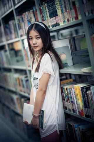 美女图书馆抱书手机壁纸