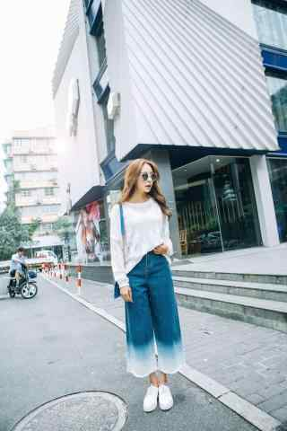 美女穿阔腿裤时尚街拍手机壁纸