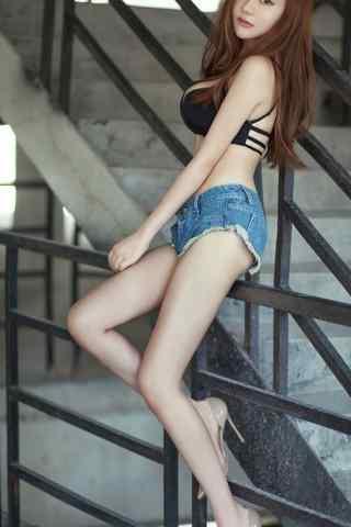 夏日性感大胸(xiong)長腿美女手(shou)機壁紙