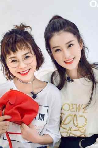 喬(qiao)欣與閨蜜甜蜜合影手機壁紙