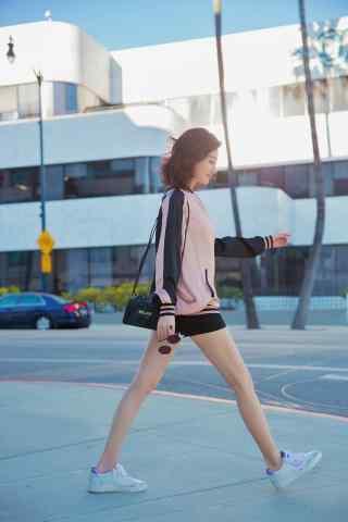 景甜迷人(ren)大長腿時尚(shang)街拍手機壁紙