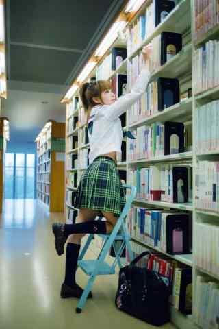 图书馆中制服美女写真手机壁纸