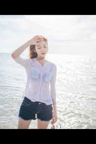 海边阳光下的美女