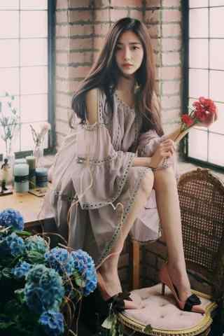 長腿美女與鮮花手機壁(bi)紙