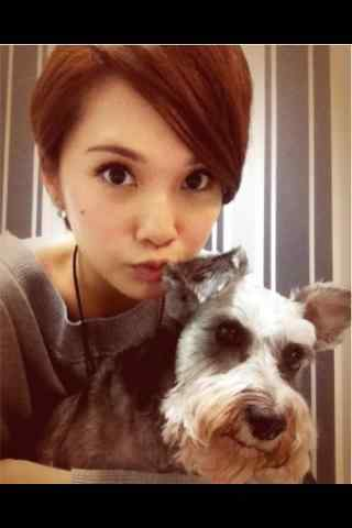 可爱杨丞琳与狗狗自拍手机壁纸