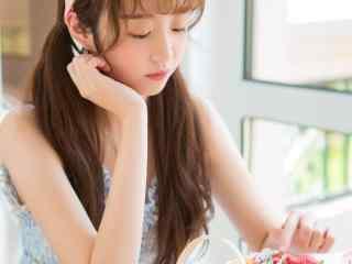 清纯美女戴粉色可爱发带少女吃早餐性感吊带美胸生活美拍性感美女脱衣性感女郎