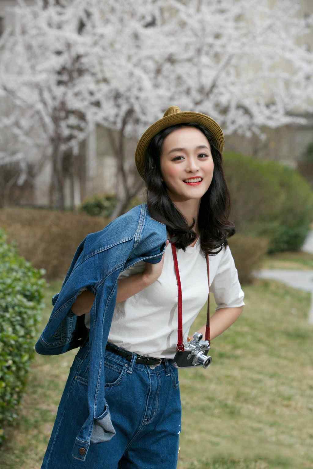 何泓姗清新时尚街拍图片