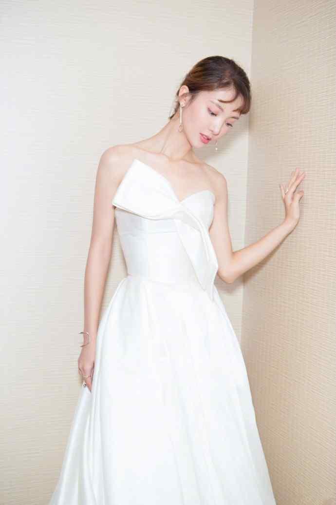 金晨纯白抹胸长裙迷人写真图片端庄大气