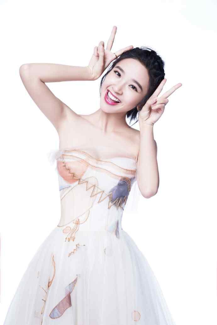 唐艺昕性感白纱抹胸长裙性感写真