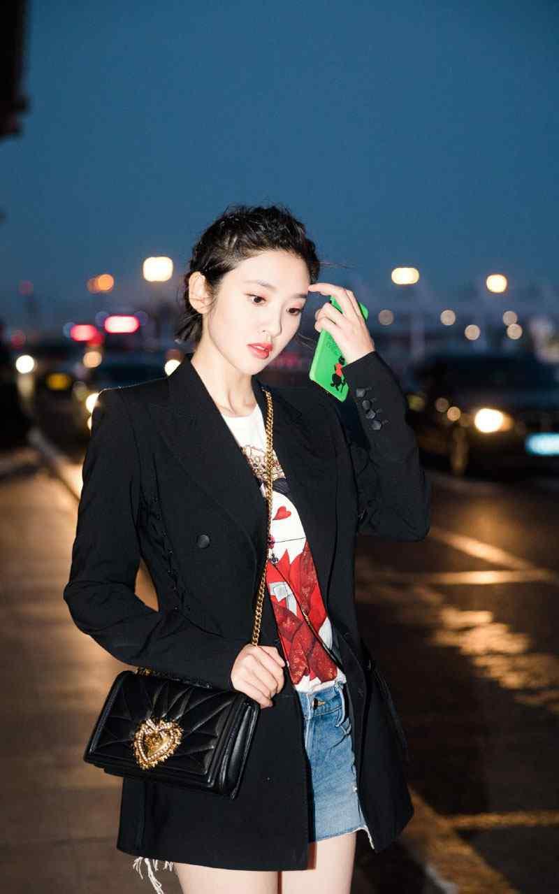 唐艺昕夜色机场街拍图片