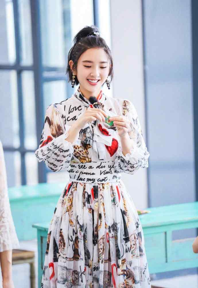 唐艺昕花猫卡通长裙甜美写真图片