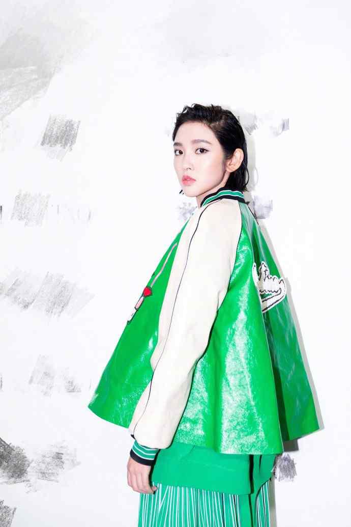 唐艺昕绿色混搭风气质写真图片