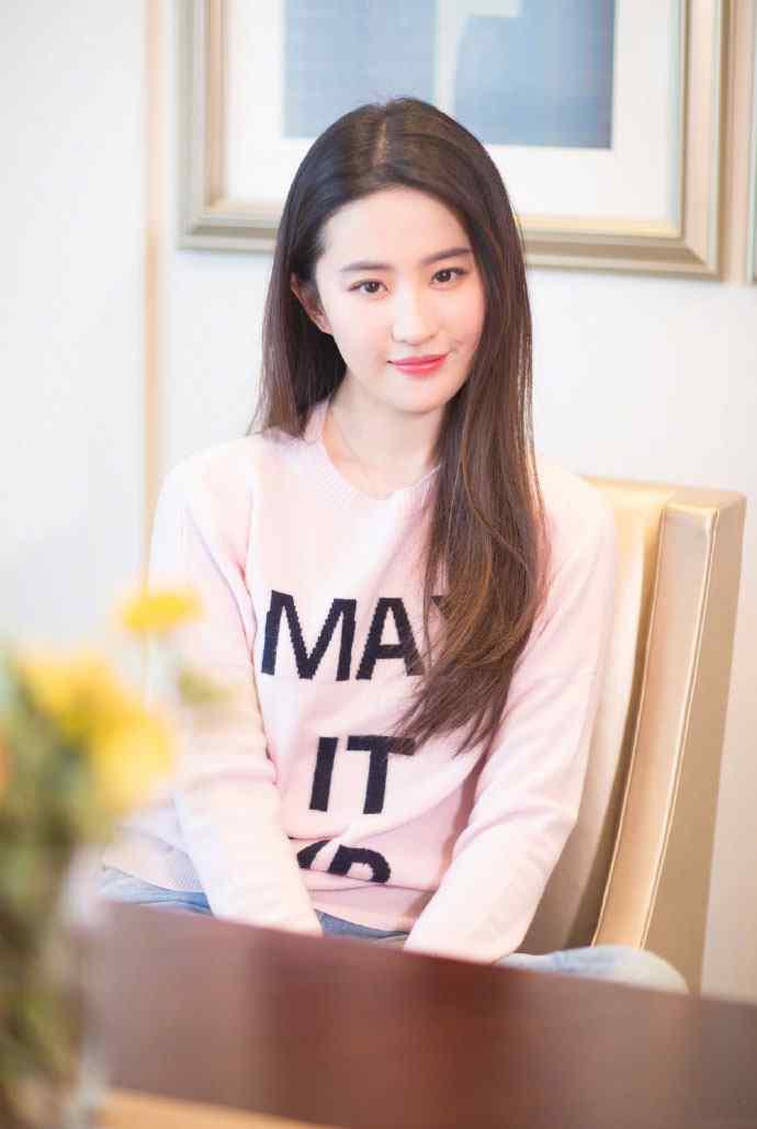 刘亦菲粉色毛衣甜美性感写真图片