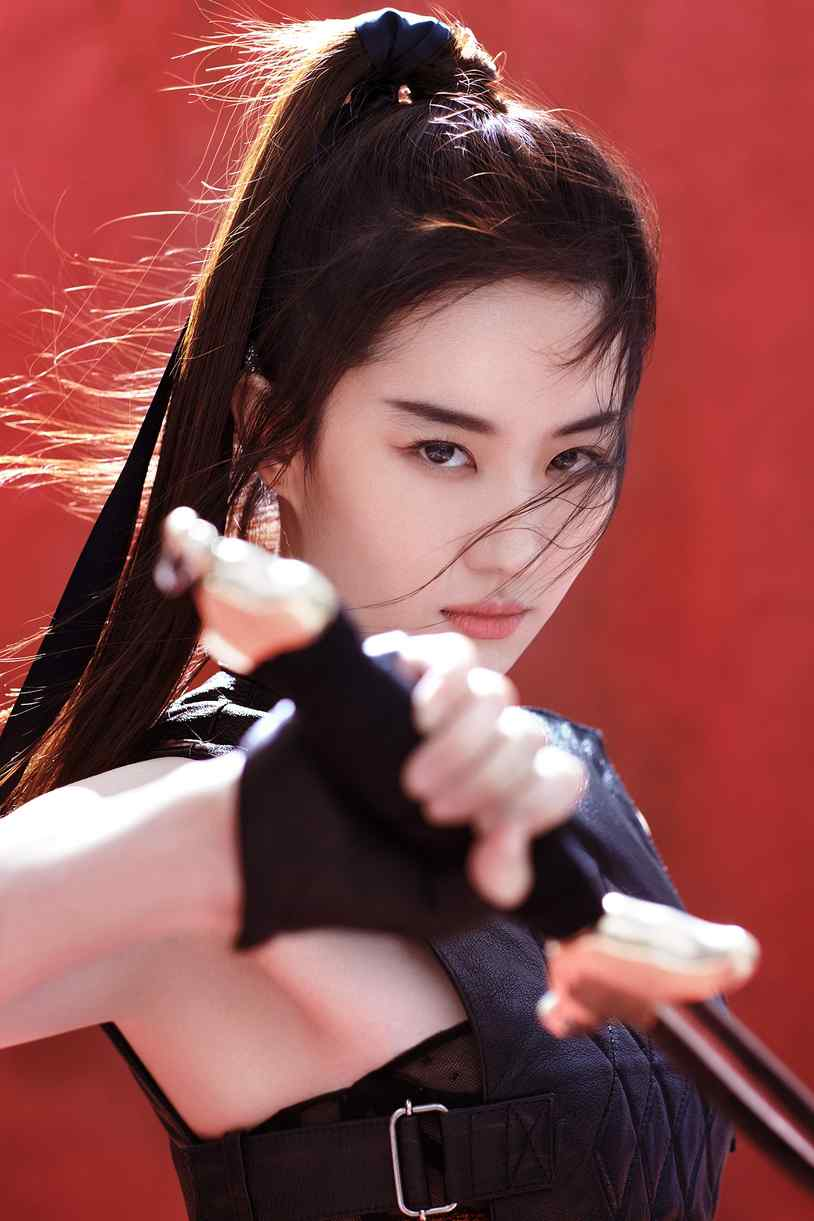 刘亦菲持剑化身侠女英气写真图片