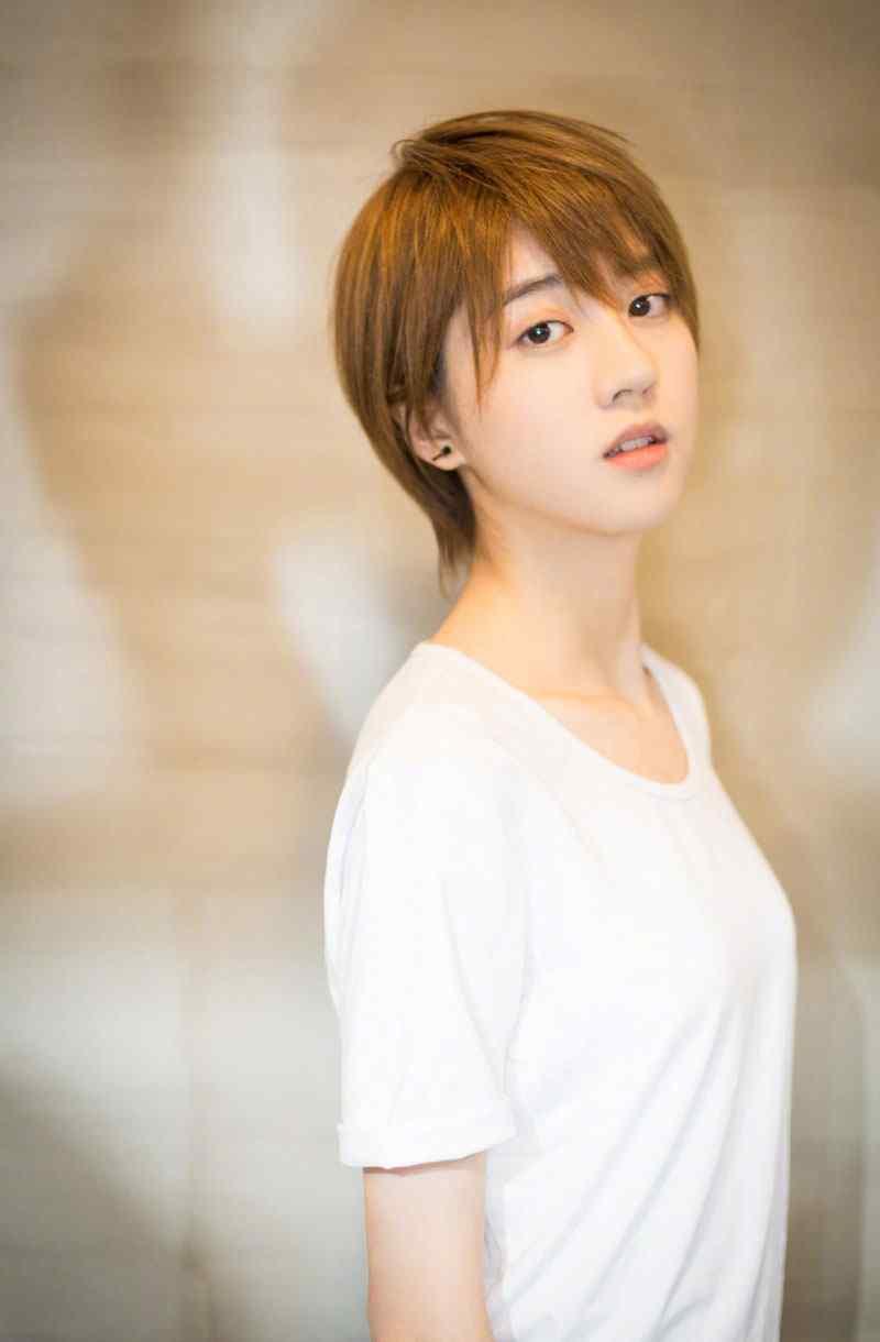 李凯馨短发造型清爽甜美写真