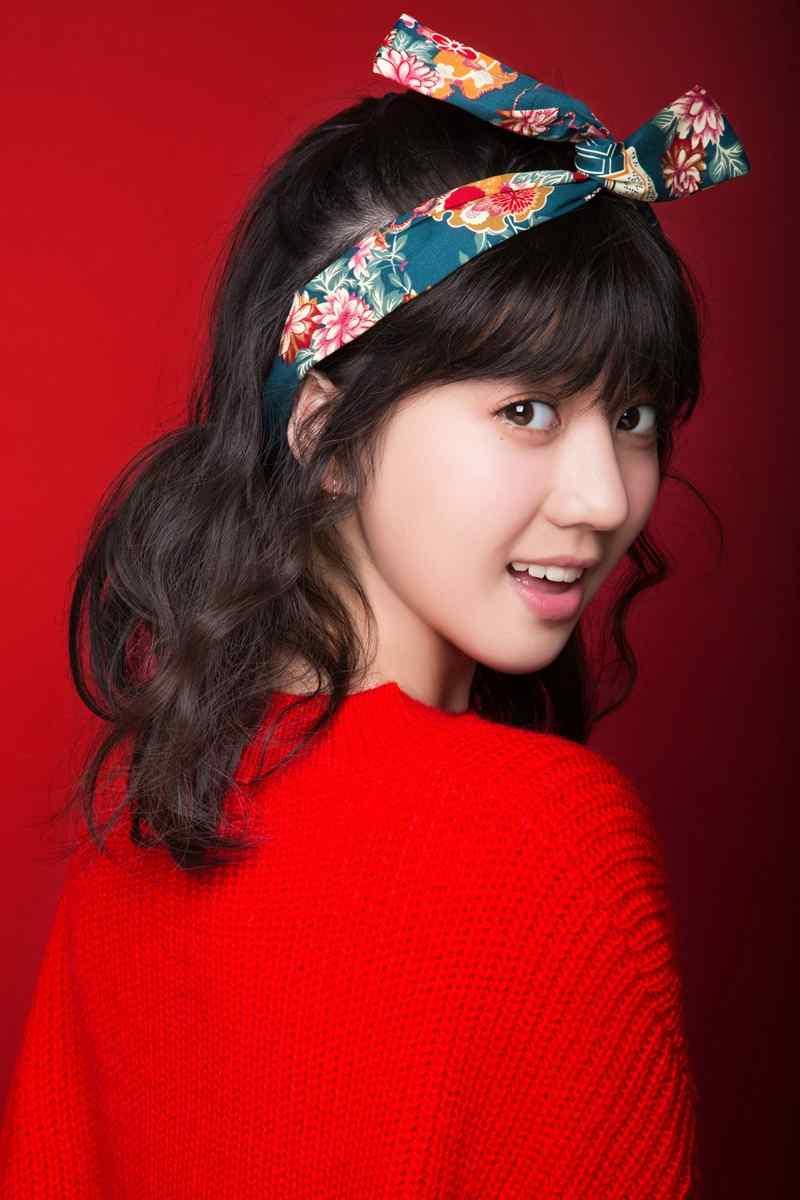李凯馨甜美俏皮红色毛衣图片