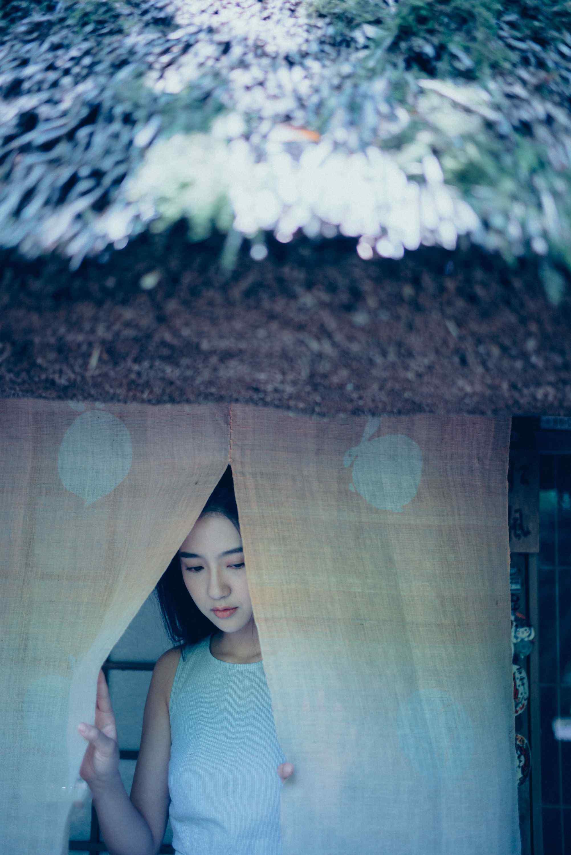 许龄月雨中小屋清新唯美图片写真
