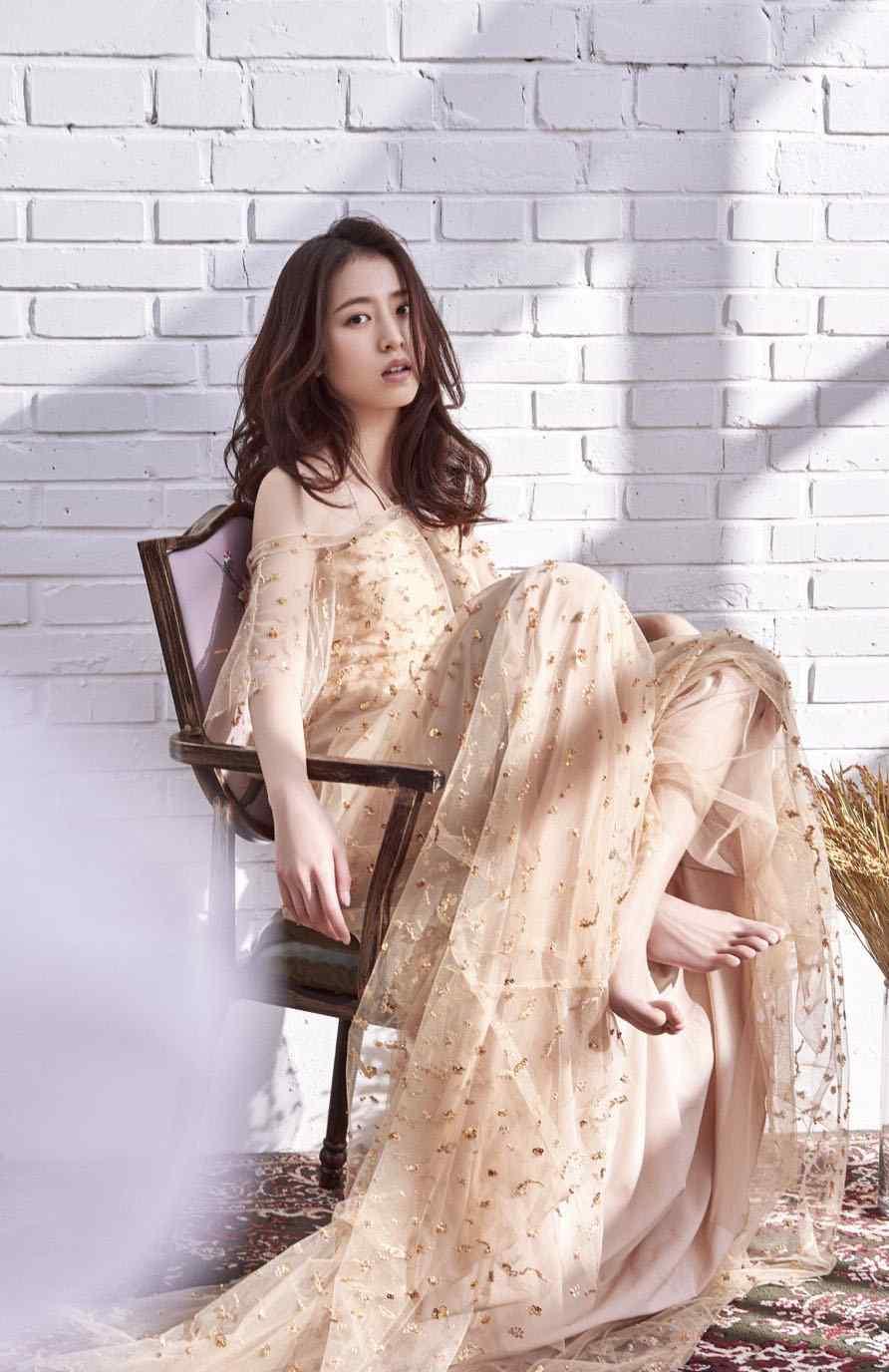 周雨彤优雅长裙迷人写真图片