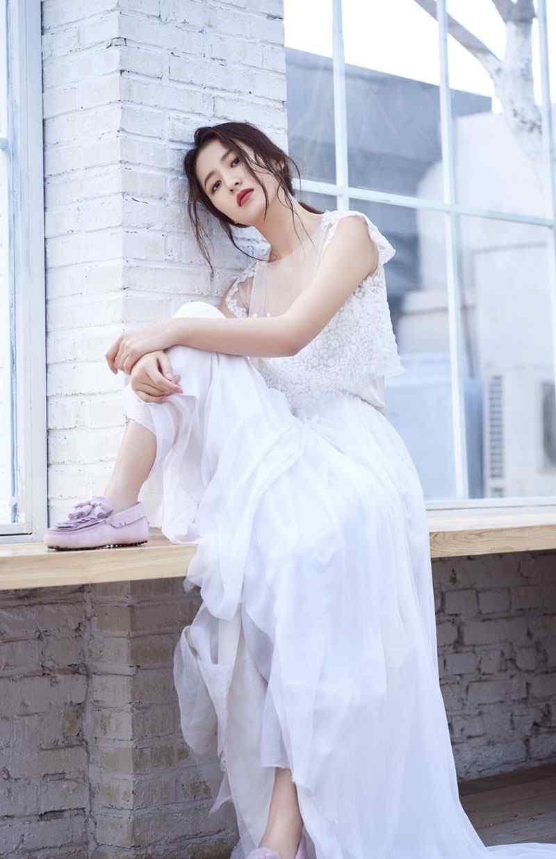 周雨彤白色蕾丝裙性感写真图片