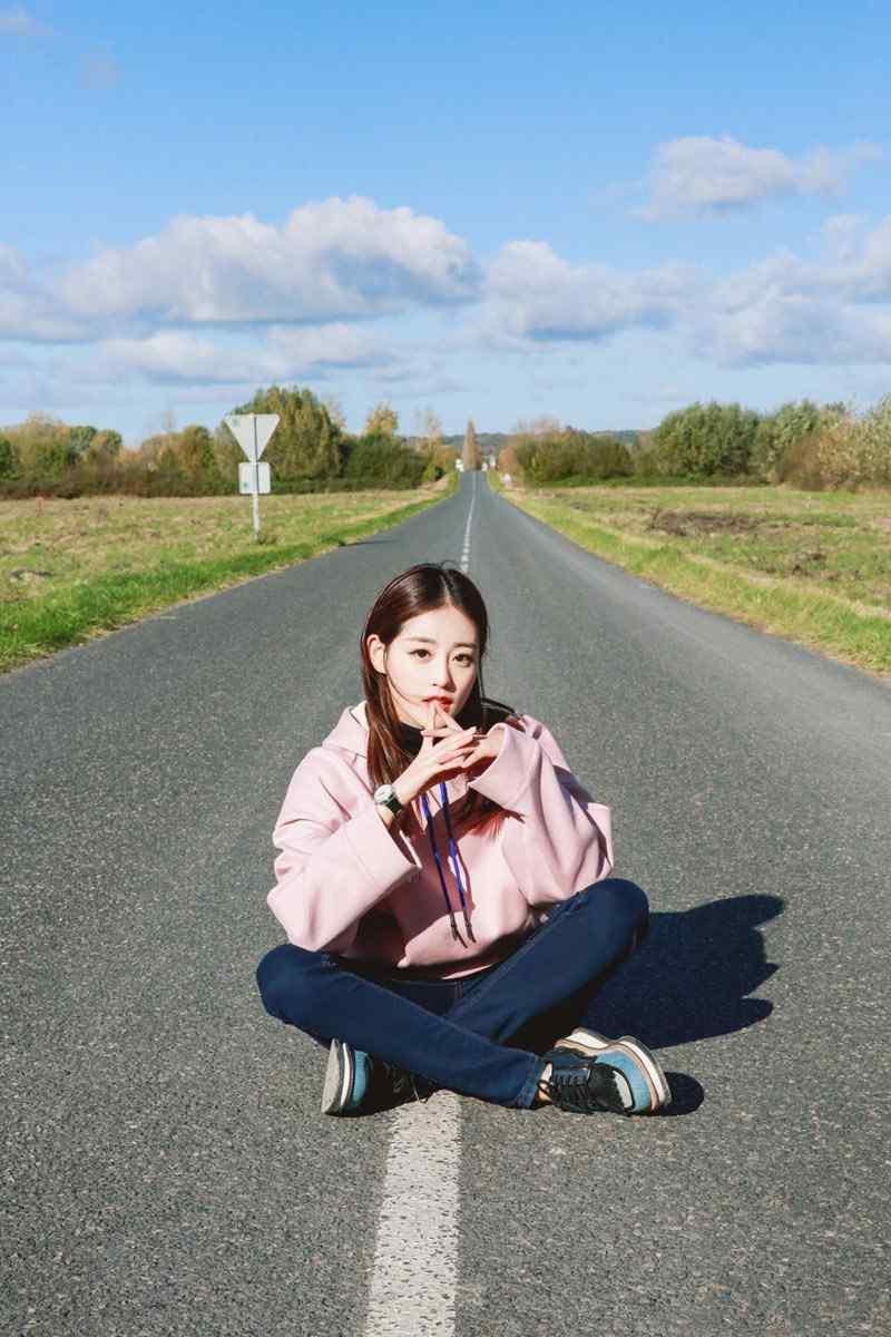 祝绪丹甜美清新公路写真图片