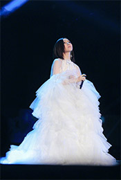 邓紫棋白衣长裙深