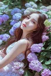 气质美女躺在花丛
