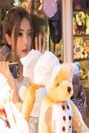楊超越和(he)玩具熊高清寫真壁紙圖片
