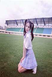 雙(shuang)馬尾楊超越在足球場高清桌面壁紙圖片