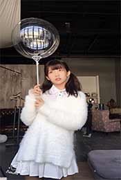 賴美雲手拿(na)氣球高清唯美可愛手機壁紙圖片(pian)