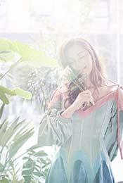 阳光下的安悦溪与花出去玩唯美朦胧手机壁纸图片