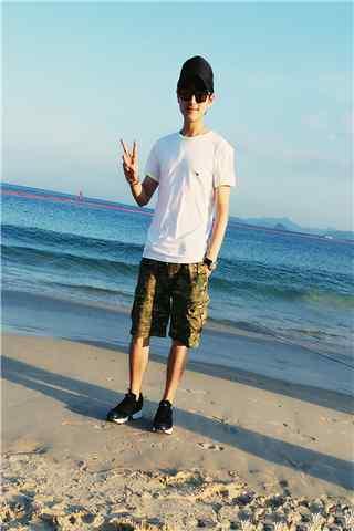 崔航海边沙滩帅气