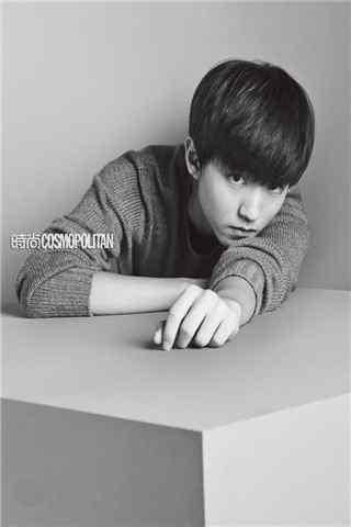 王俊凯时尚杂志拍摄灰黑色色调手机壁纸