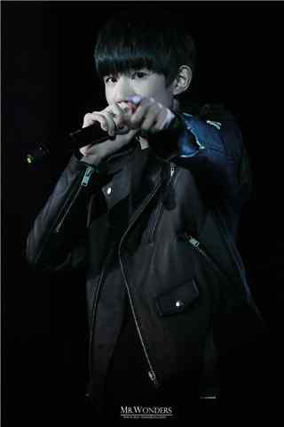 王源生日会身穿黑色皮衣手机壁纸