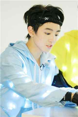 王俊凯参加综艺节目全员加速中手机壁纸