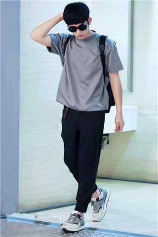 井柏然机场灰色T恤黑色跨裤手机壁纸