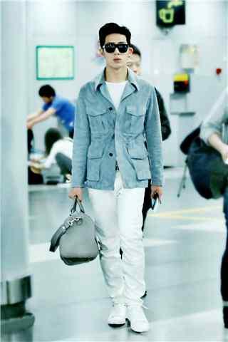 井柏然机场蓝色大衣手机壁纸