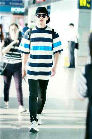 井柏然机场蓝黑白条纹T恤手机壁纸