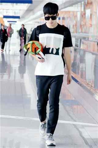 井柏然机场黑白T恤手抱娃娃手机壁纸