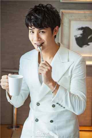 郑业成时尚杂志拍摄西装勺子手机壁纸