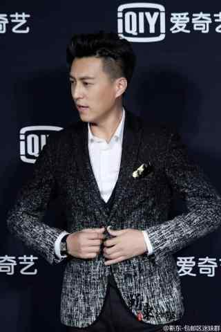 靳东时尚出席爱奇艺颁奖盛典手机壁纸
