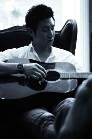 陆毅时尚杂志拍摄手抱吉他手机壁纸
