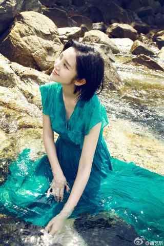 唐艺昕夏日海边蓝色长裙手机壁纸