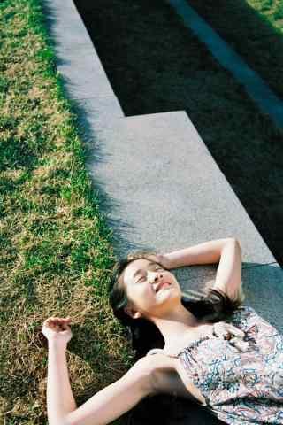 张雪迎阳光下青春靓丽照片手机壁纸