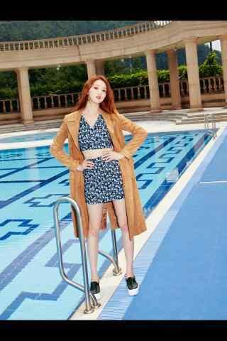 模特李圣经泳池边时尚写真图片手机壁纸